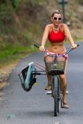 Ecolo, mme va au surf en vélo.